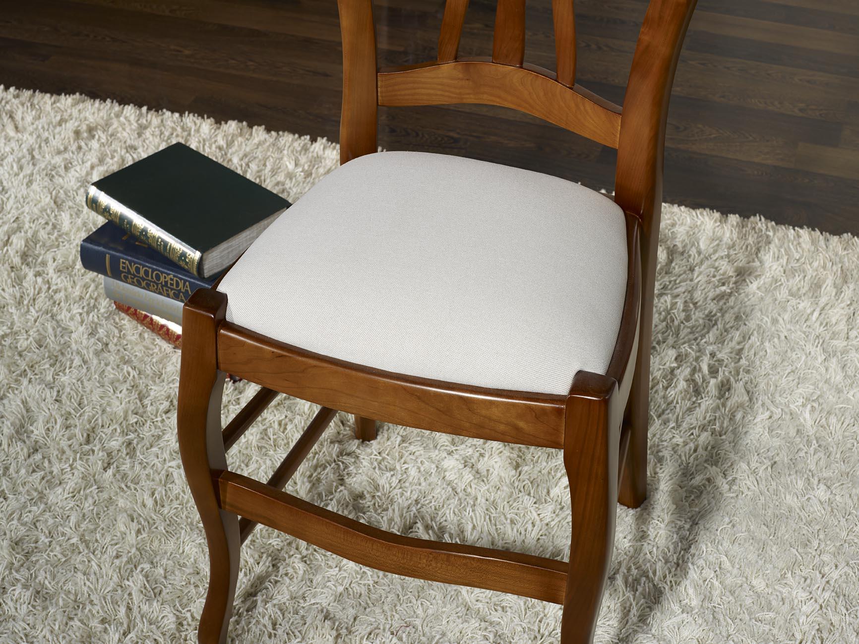 Chaise camille en h tre massif assise tissu de style louis - Recouvrir une assise de chaise ...