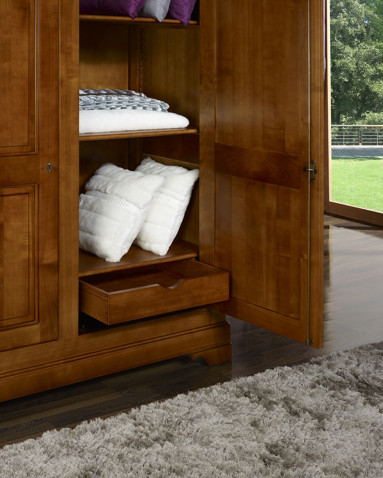armoire 2 portes en merisier massif de style louis. Black Bedroom Furniture Sets. Home Design Ideas