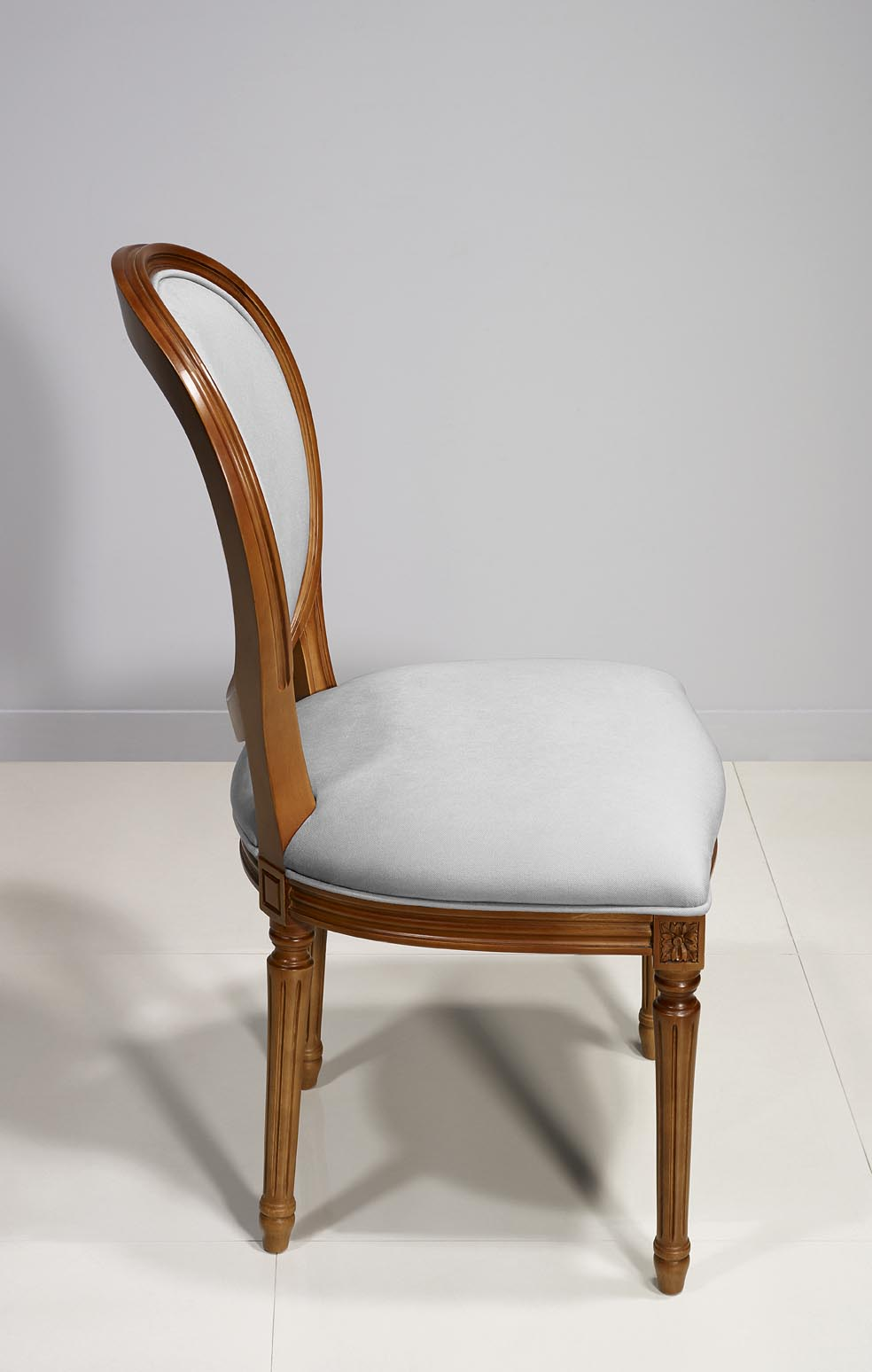 chaise emeline en merisier massif de style louis xvi suedine gris clair meuble en merisier massif. Black Bedroom Furniture Sets. Home Design Ideas