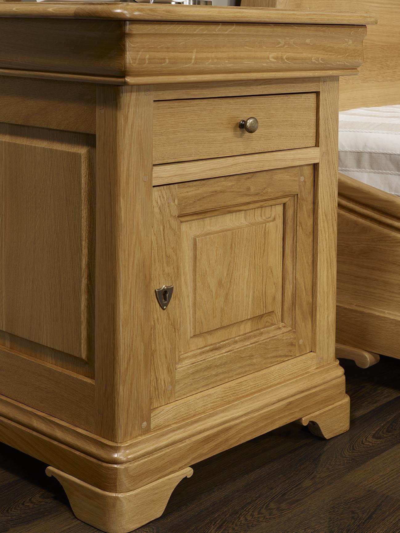 chevet 1 porte 2 tiroirs guillaume en ch ne massif de style louis philippe finition ch ne cir. Black Bedroom Furniture Sets. Home Design Ideas