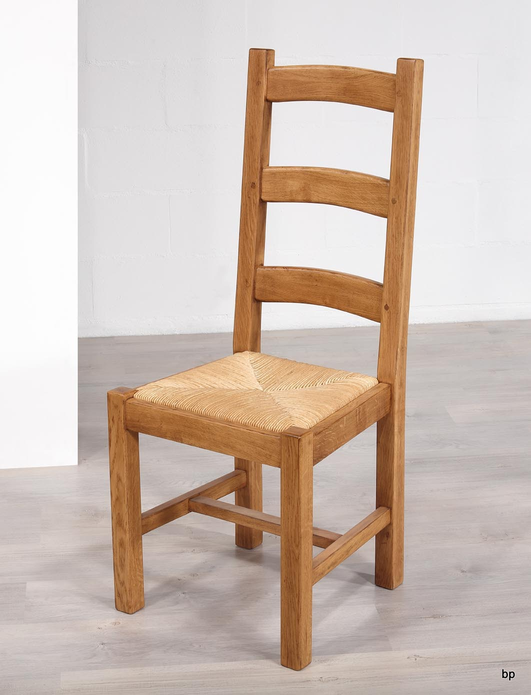 chaise en ch ne massif de style campagnard assise paille meuble en ch ne massif. Black Bedroom Furniture Sets. Home Design Ideas